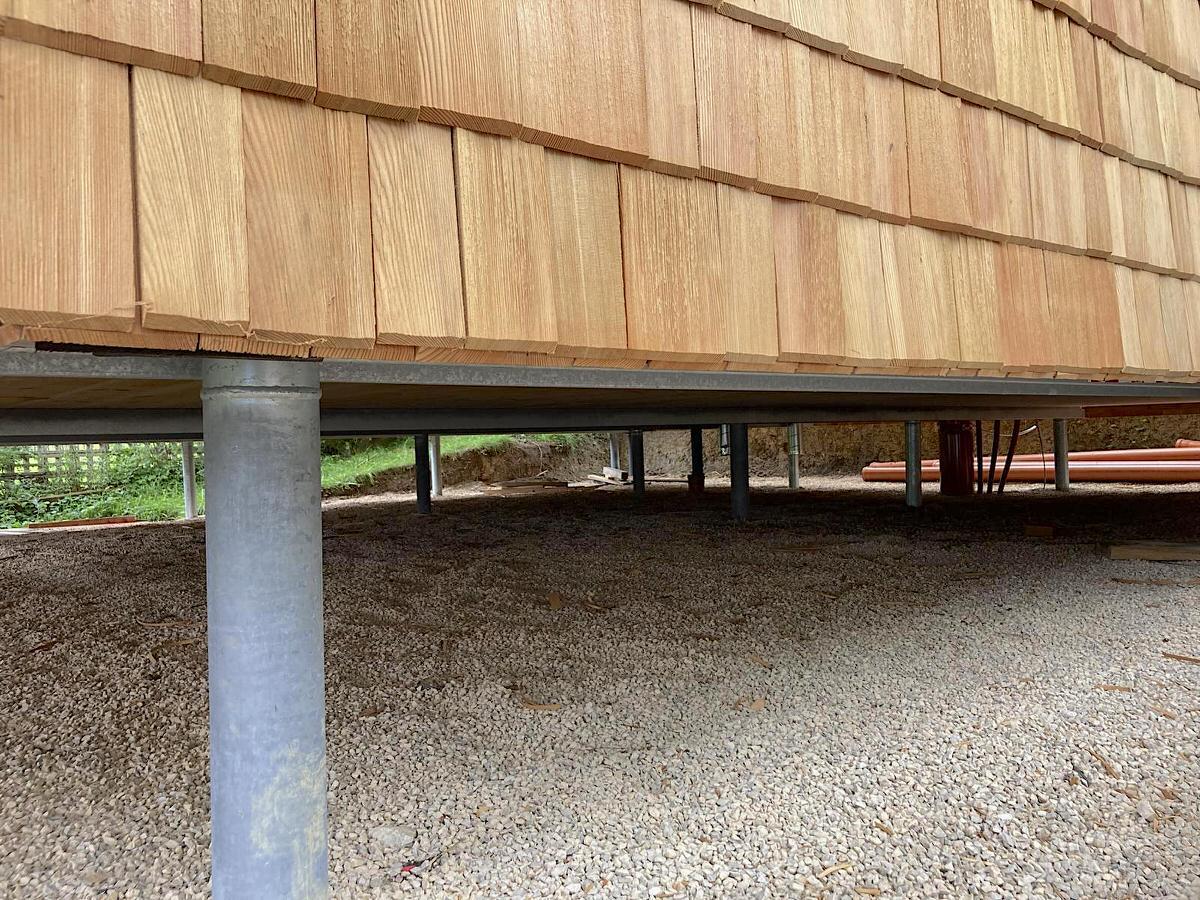 Thoma Holz100 Holz mit Lärchernfassade Stelzen